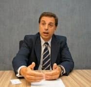 22日、都内で取材に応じるアルゼンチン財務省のコラゾ調整官