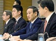 所有者不明土地対策に関する関係閣僚会議であいさつする菅官房長官(右から2人目)=19日午前、首相官邸