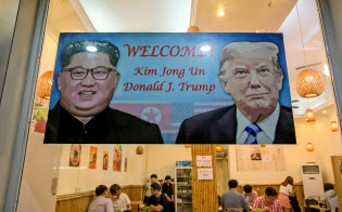 20日、ベトナム・ハノイで、韓国料理レストランに掲げられた、米朝首脳会談を歓迎するポスター(ゲッティ=共同)