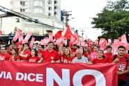 21日、モラレス大統領に抗議する市民(ボリビア中部サンタクルス)