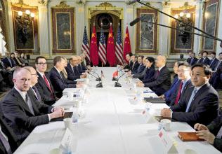 21日、米中閣僚級協議の開始前に撮影に応じる米国(左側)と中国の代表団(ワシントン)=ロイター