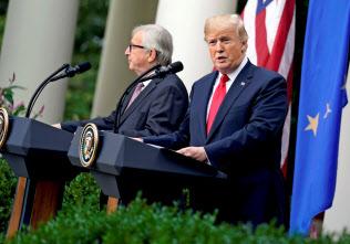 トランプ米大統領(右)とEUのユンケル欧州委委員長(左)は首脳会談で、自動車関税の棚上げでひとまず一致していた(18年7月、ワシントン)=ロイター通信