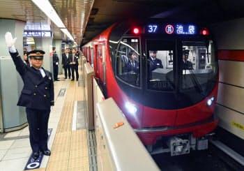 東京メトロ丸ノ内線の新型車両「2000系」(23日午前、東京メトロ荻窪駅)=共同