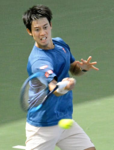 テニスのドバイ選手権に向け、本番会場で調整する錦織圭(23日、ドバイ)=共同