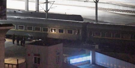 丹東駅を出発する、北朝鮮の金正恩委員長を乗せたとみられる列車(23日、中国遼寧省丹東市)=共同