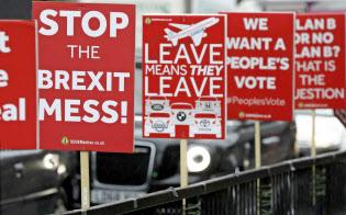 ホンダなど企業による英撤退の動きを受け、EU離脱への不安の声も広がっている=AP