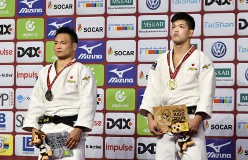 男子73キロ級で優勝した大野将平(右)と準優勝の海老沼匡(23日、デュッセルドルフ)=共同