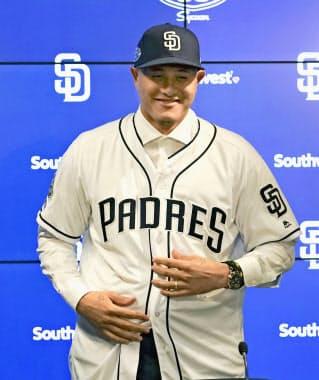 入団記者会見で笑顔を見せる、パドレスのマニー・マチャド内野手=共同