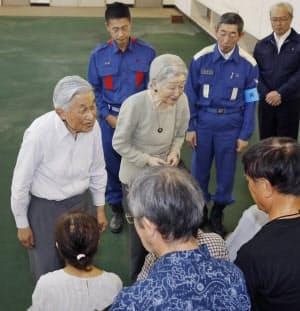 広島県呉市天応地区の仮設団地の住民を見舞う天皇、皇后両陛下(2018年9月)
