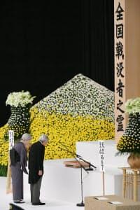 全国戦没者追悼式で黙とうする天皇、皇后両陛下(2018年8月15日午後、東京都千代田区)