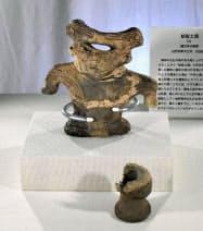 山形大付属博物館で展示されている「結髪土偶」の上半身と左脚=共同