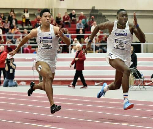 室内競技会60メートル決勝で2位となったサニブラウン・ハキーム=左(23日、フェイエットビル)=共同