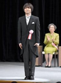 天皇陛下の在位30年記念式典で、「歌声の響」を披露した三浦大知さん(左)(24日午後、東京都千代田区の国立劇場)=代表撮影