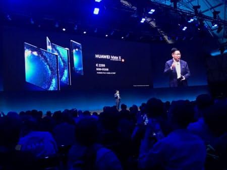 ファーウェイが発表した5G対応スマートフォンは折り畳み型を採用した(24日、バルセロナ)