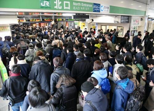 利用客で混雑するJR中野駅(25日午前、東京都中野区)
