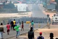 ブラジルとベネズエラの国境では、24日にも市民とベネズエラ軍の小競り合いが発生した(ブラジル北部パカライマ)=ロイター