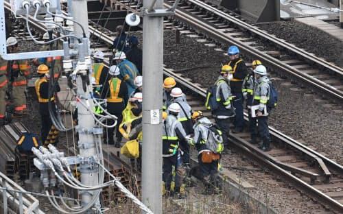 火災の現場を調べる消防隊員ら(25日午前、東京都千代田区)