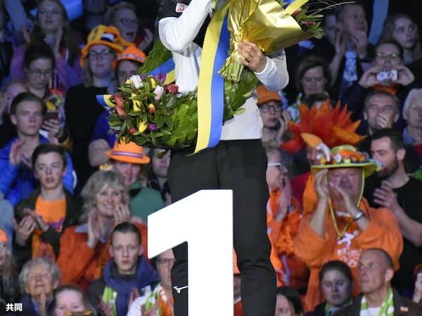 世界スプリント選手権で総合優勝し、表彰式で涙ぐむ小平奈緒(24日、ヘーレンフェイン)=共同