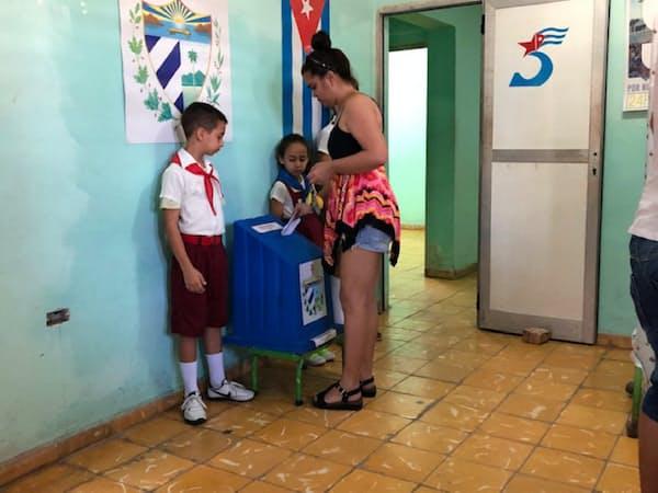 憲法改正の是非について投票するキューバ市民(24日、ハバナ)