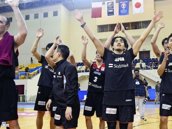 W杯2次予選でカタールに勝利し、W杯出場を決めた日本代表=共同