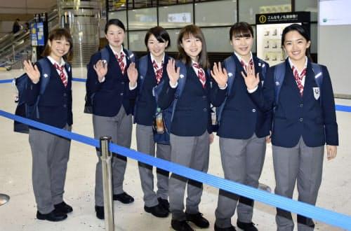 ユニバーシアード冬季大会に向けて出発するアイスホッケー女子の永野元佳乃(左端)ら(25日、成田空港)=共同