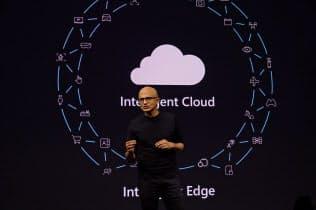 ホロレンズ2の発表会に登壇した米マイクロソフトのサティア・ナデラCEO