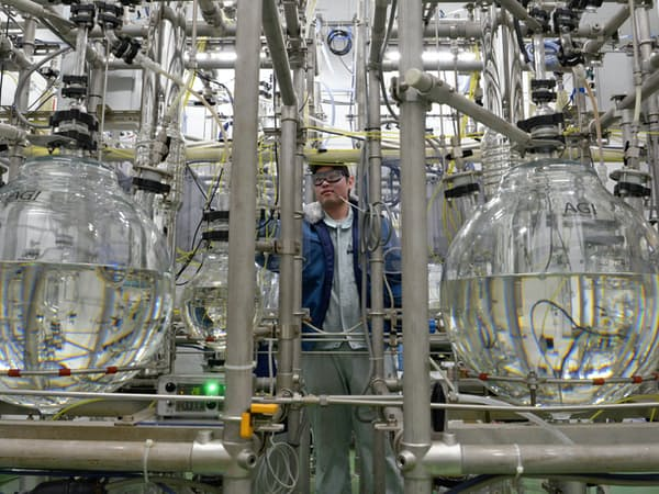 化学薬品は蒸留を繰り返し純度を上げていく(山梨県上野原市のトリケミカル研究所)