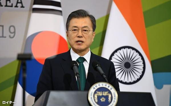 インドのモディ首相との会談後の記者会見に臨む韓国の文在寅(ムン・ジェイン)大統領=ロイター
