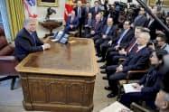 22日、米ホワイトハウスの大統領執務室でトランプ大統領(左)と面談する中国の劉鶴副首相ら=ロイター・共同)
