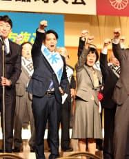 自民党道連の臨時大会で気勢を上げる鈴木直道氏(23日、札幌市)