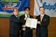 徳島県、徳島市とAIサポートは事業所開設の覚書に調印した(25日、徳島市内)