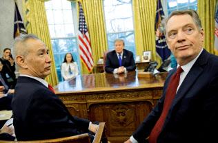 協議を率いるライトハイザー氏(右)と劉鶴氏(左)(22日、ホワイトハウス)=ロイター