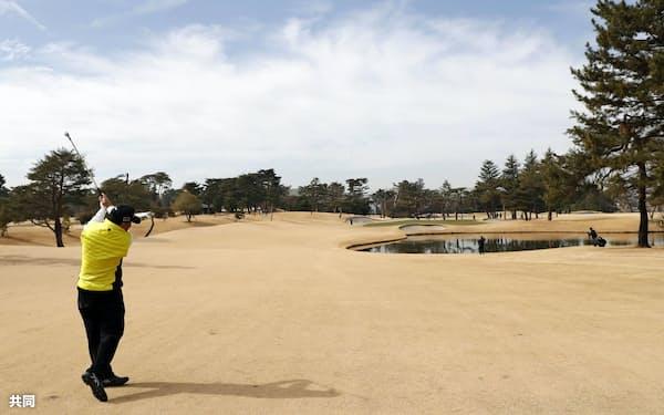2020年東京五輪のゴルフ会場を回る中嶋常幸氏(25日、埼玉県川越市の霞ケ関CC)=共同