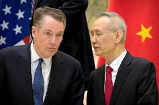 米通商代表部のライトハイザー代表(左)と中国の劉鶴副首相=ロイター