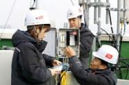 5Gの基地局などをソウルのビルに設置する韓国KTの作業員