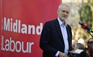 コービン氏率いる労働党はこのところ離党が相次いでいる(AP)
