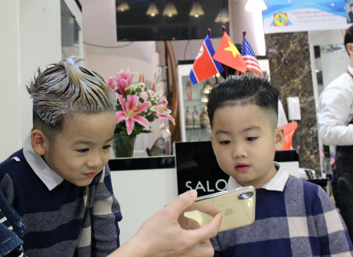 トランプ大統領(左)と金正恩委員長のヘアスタイルに仕上げてもらった双子のトンくんとソンくん(6)