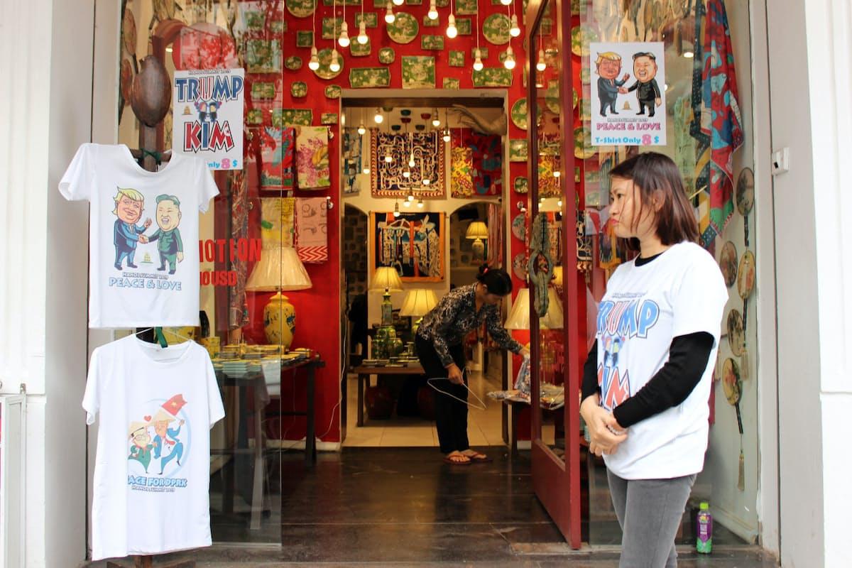 米朝両首脳の似顔絵Tシャツを売るハノイの店舗(24日)
