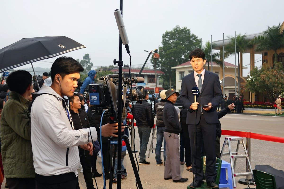 中国国境のランソン省にあるドンダン駅に詰めかけた報道陣(25日)