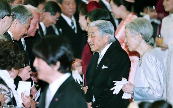 即位30年を記念する宮中茶会で歓談する天皇、皇后両陛下(26日午前、皇居・宮殿「豊明殿」)=代表撮影