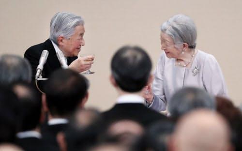 乾杯する天皇、皇后両陛下=代表撮影