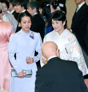 宮中茶会に出席したプロフィギュアスケーターの浅田真央さん(左)と女子レスリングの伊調馨選手=代表撮影