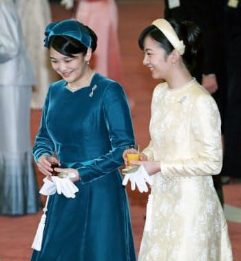 歓談する秋篠宮家の長女眞子さま(左)と次女佳子さま=代表撮影