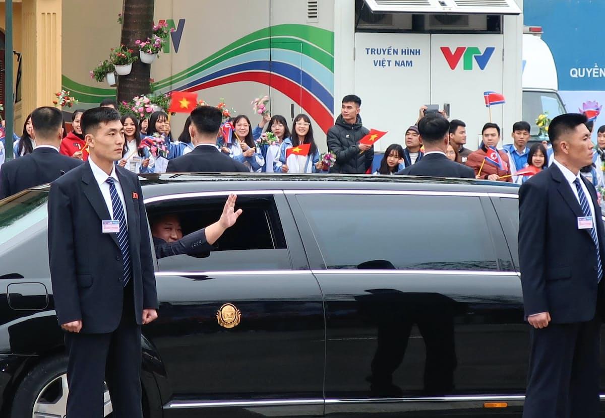 中越国境のドンダン駅に到着して住民に手を振る金正恩委員長(26日、ベトナム・ランソン省)