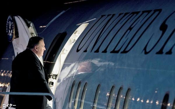 ベトナムで開催される米朝首脳会談に向かう飛行機に搭乗するポンペオ米国務長官=ロイター