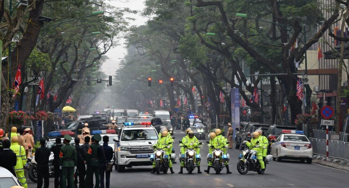 警備車両に先導されて滞在するホテルに入る金正恩委員長らの車列