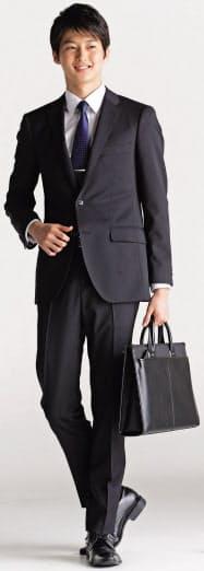 青山商事が発売するオールシーズン対応の就活スーツ(黒無地)