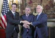 25日、米国のペンス副大統領(右)やコロンビアのドゥケ大統領(中)と写真撮影に応じる、ベネズエラのグアイド国会議長(ボゴタ)=AP