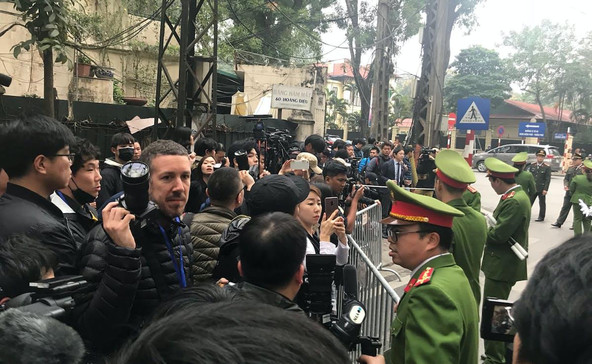 北朝鮮大使館前では大勢の報道陣と警官が向き合っている