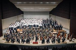 小林研一郎指揮岩城宏之メモリアル・オーケストラらによるベートーベン「交響曲第9番」の演奏(2018年12月31日、東京文化会館での三枝成彰プロデュース「ベートーヴェンは凄い!全交響曲連続演奏会」)=(c)Michiko Yamamoto